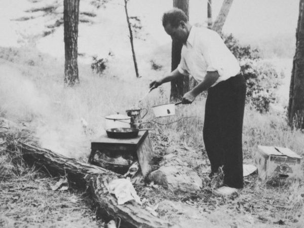 Guide Roly Garnsey cooking a traditional shore dinner on Grindstone Island